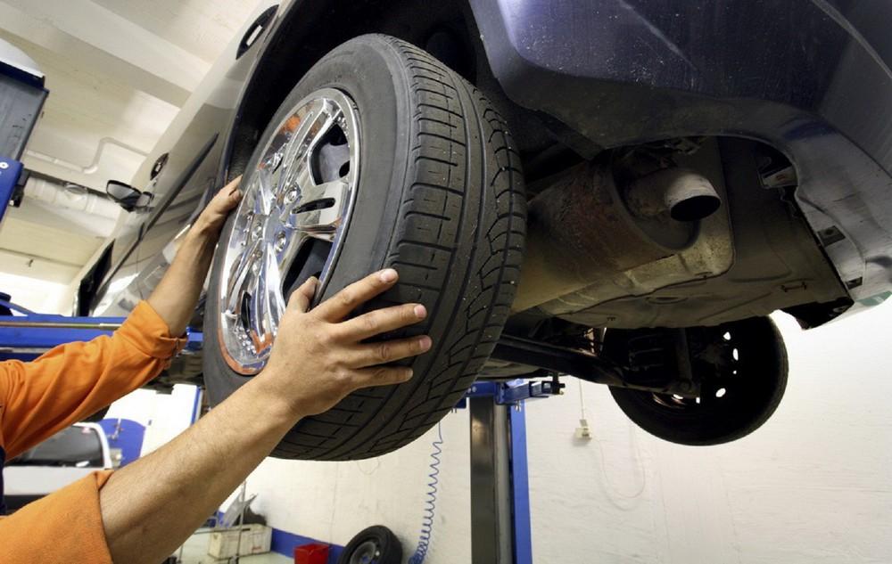Kiểm tra lốp và đảo lốp ô tô